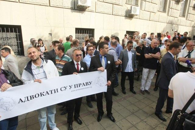 ПРАВДА ОД СУДНИЦА НА УЛИЦА: Неколку илјади адвокати ги блокираа белградските улици